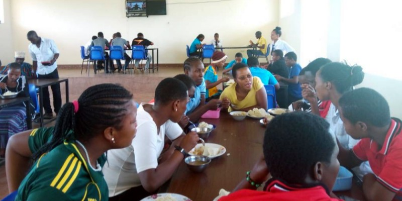 students-taking-lunch